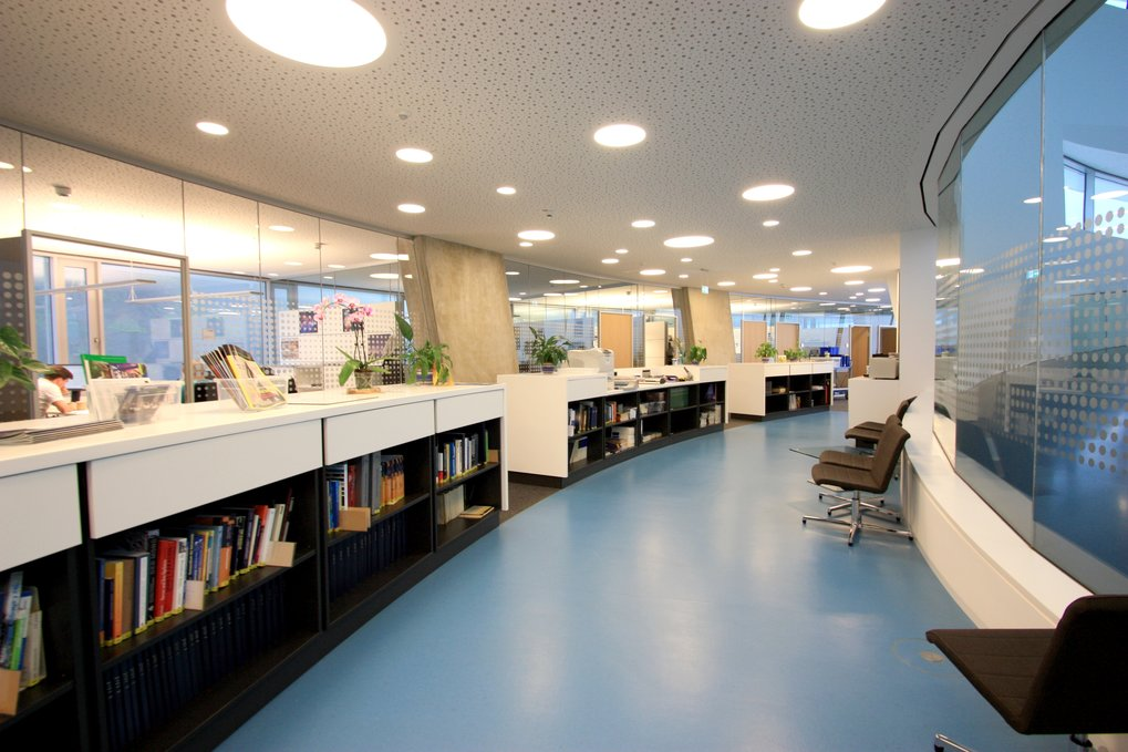 Interior view of Haus der Astronomie: The team zone in the office wing, with the working library in front. Image: HdA/M. Pössel