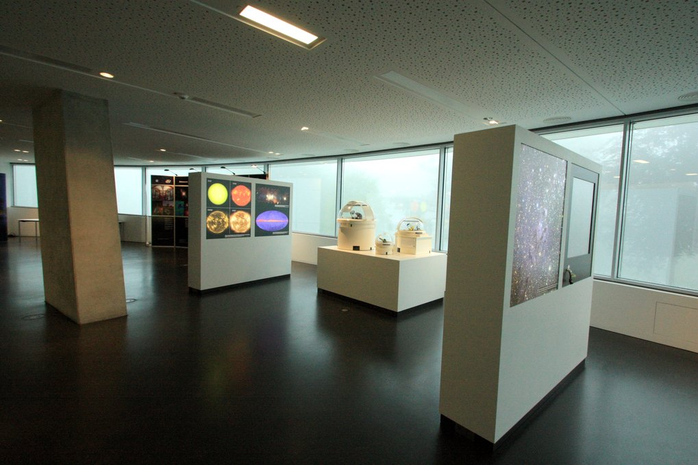 Interior view of the HdA building: exhibition space in the foyer. The back-lit showcases feature a variety of astronomical imagery. Center right, models of telescopes from the Calar Alto Observatory at a scale of 1:50. Image: HdA/M. Pössel