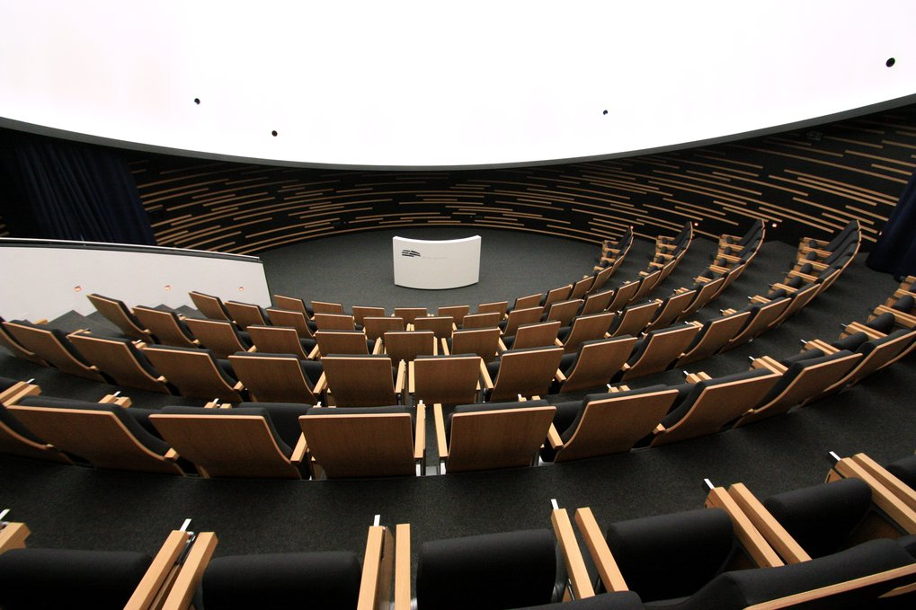 Interior view of the HdA building: View from the audience in the Klaus Tschira Auditorium (the HdA's central lecture hall, seating 100 and featuring a digital planetarium system) toward the lectern. Image: HdA/M. Pössel