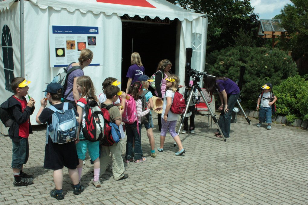HdA's Carolin Liefke showing a projection of the Sun to elementary school children at Explore Science 2010, a large science festival organized by the Klaus Tschira Foundation in Luisenpark, Mannheim. Image: HdA/M. Pössel