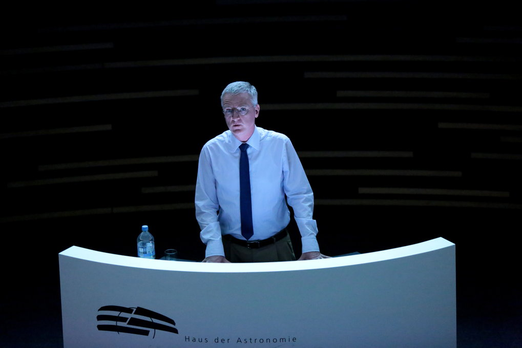 The central lecture hall of the HdA, the Klaus Tschira Auditorium (100 seats and a digital planetarium system) is also used for events for scientists. Here, the director of the European Southern Observatory (ESO), Tim de Zeeuw, talks about ESO's history and future plans. Image: HdA/M. Pössel