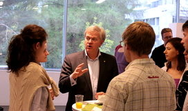 Haus der Astronomie is also a place for scientific exchange. Here, Nobel laureate Brian Schmidt (Physics 2011) talks to graduate students in the HdA foyer after having given a talk (in cooperation with Heidelberg University) to young astronomers about astronomical career planning (with and without a Nobel). Image: HdA/M. Pössel