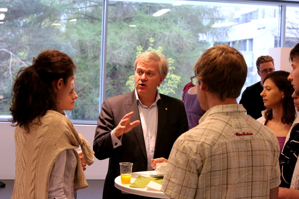 Nobel laureate Brian Schmidt gives career advice during an event for young astronomers.